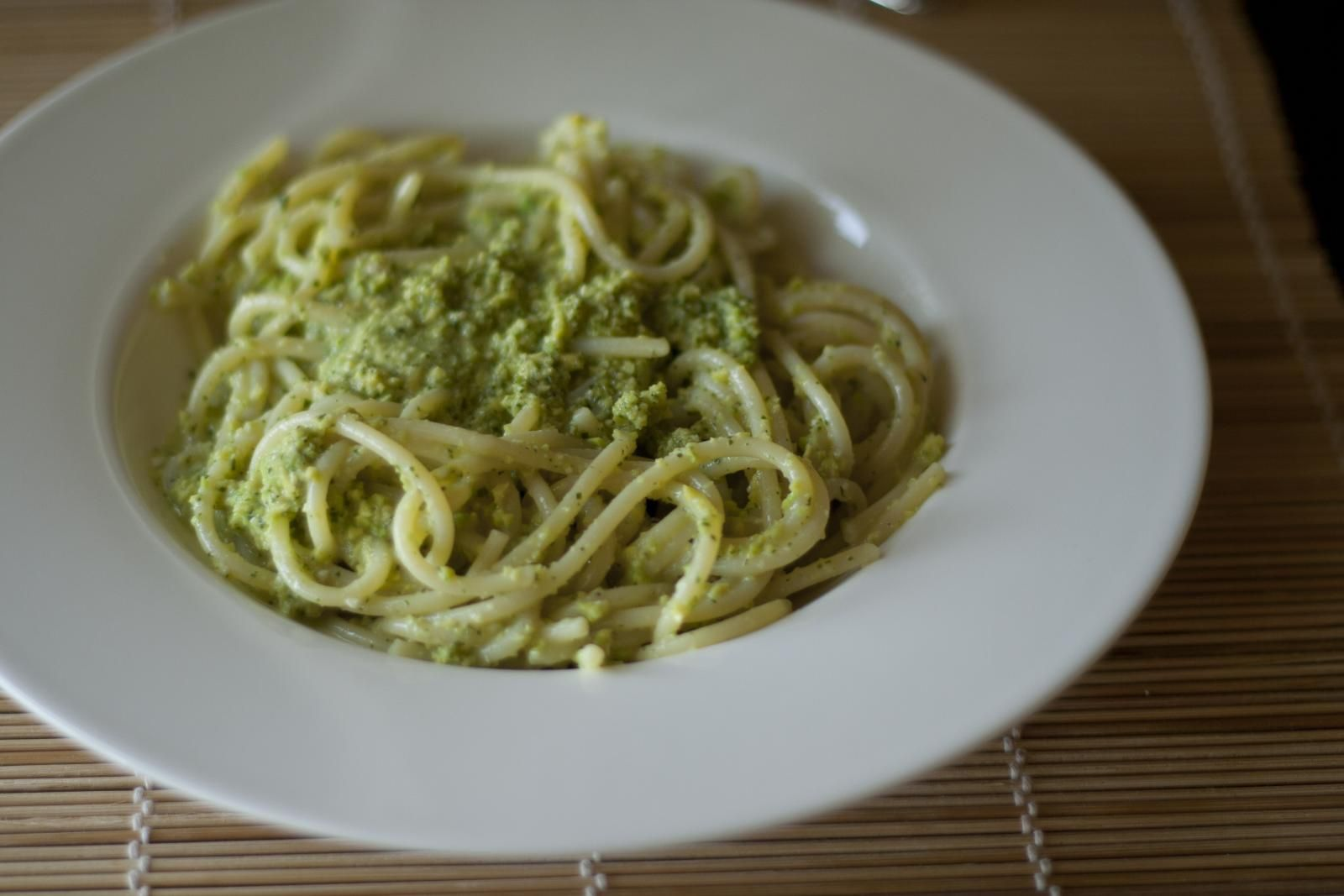 Pasta con pesto di avocado